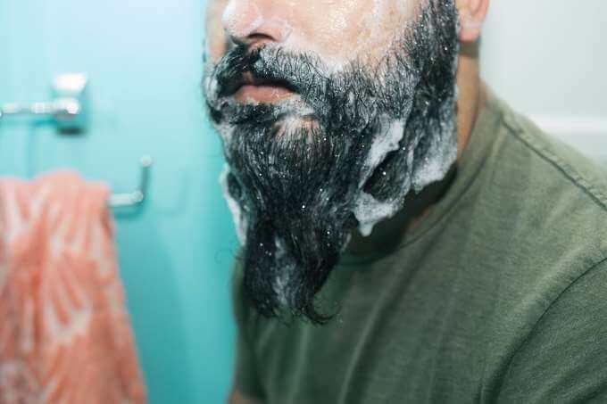 vask skæg med skægshampoo